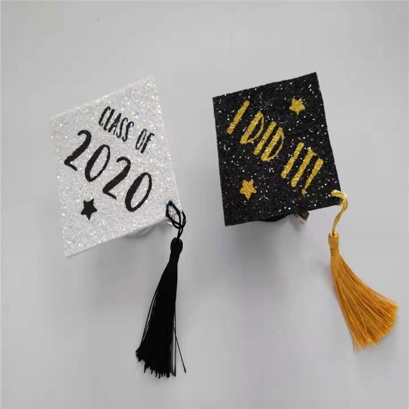 차이 색상 반짝이 졸업 파티 모자와 함께 흰색 대학원 모자